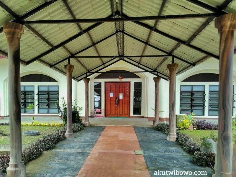 Pintu masuk ruang meditasi utama Pa Auk Tawya