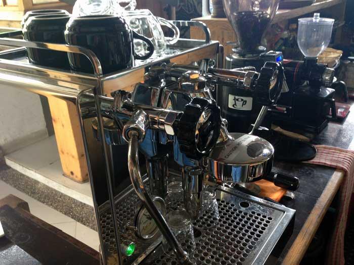 Mesin Espresso yang siap menyajikan kopi nikmat!