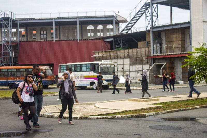 Blogger berjalan menuju kantin usai mengunjungi outdoor set