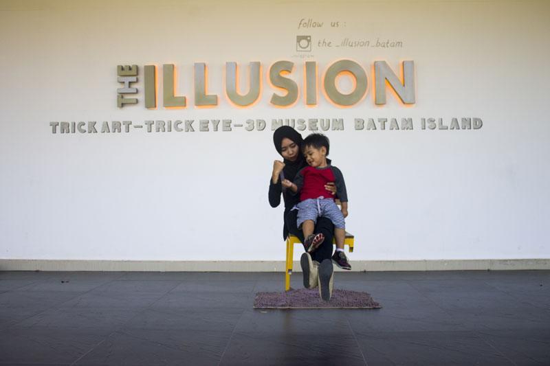 Kursi melayang di depan The Illusion Batam