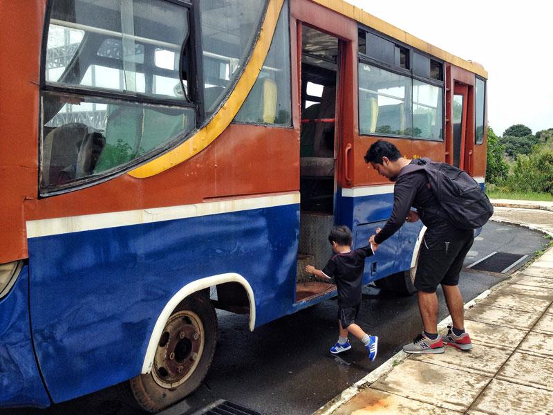 Mengajak Rayyan naik bus