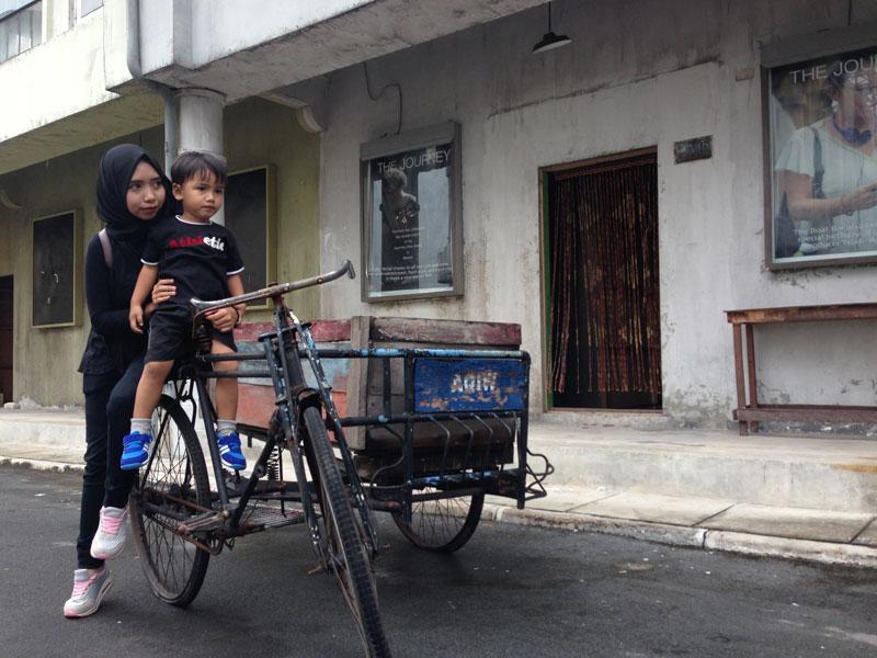 Properti sepeda barang di film set Serangoon Road