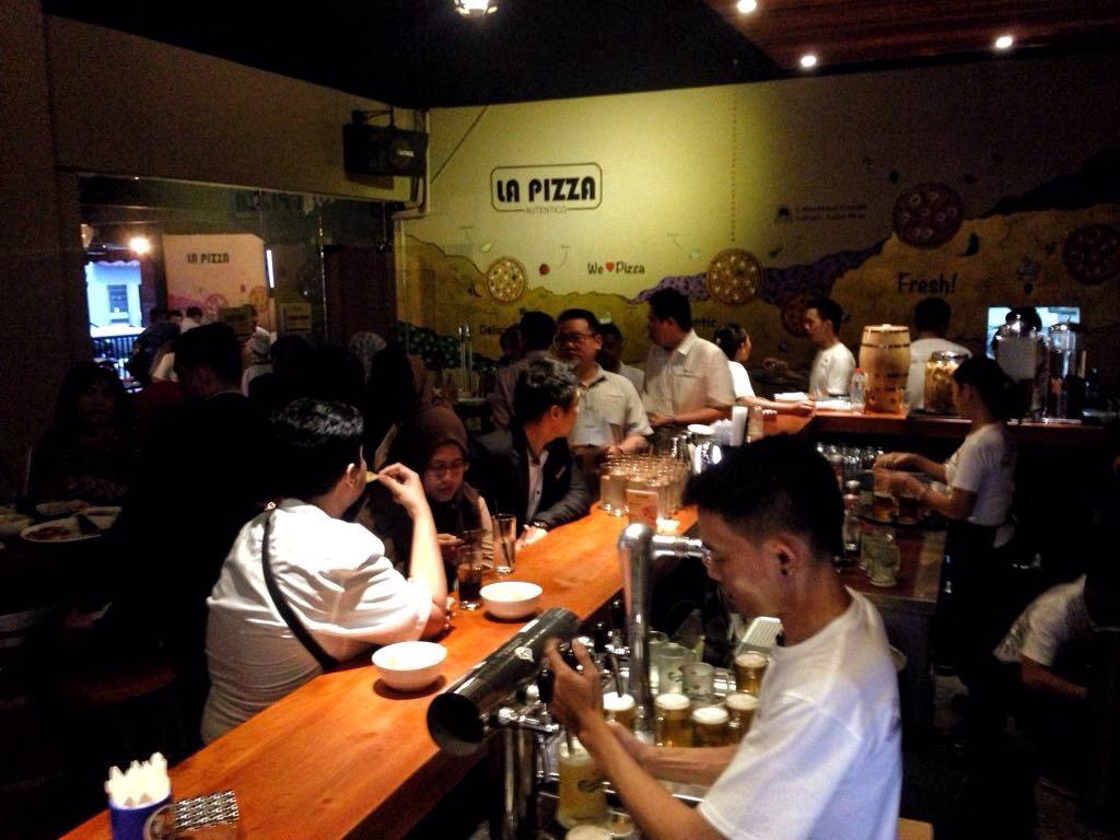 Suasana dalam ruangan La Pizza Autentico