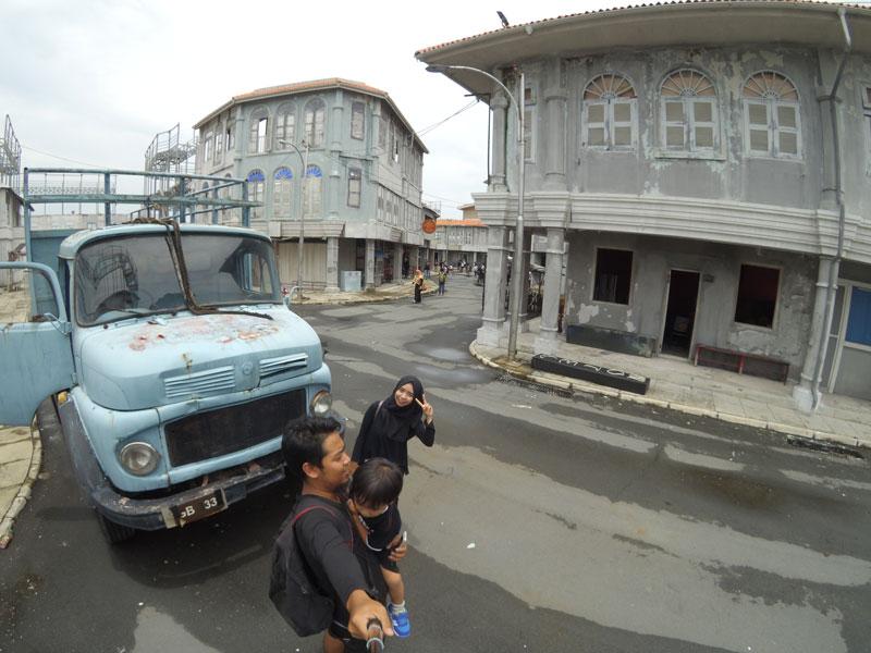 Truk yang terparkir di ujung jalan