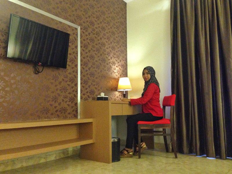 Meja kerja di sudut ruangan