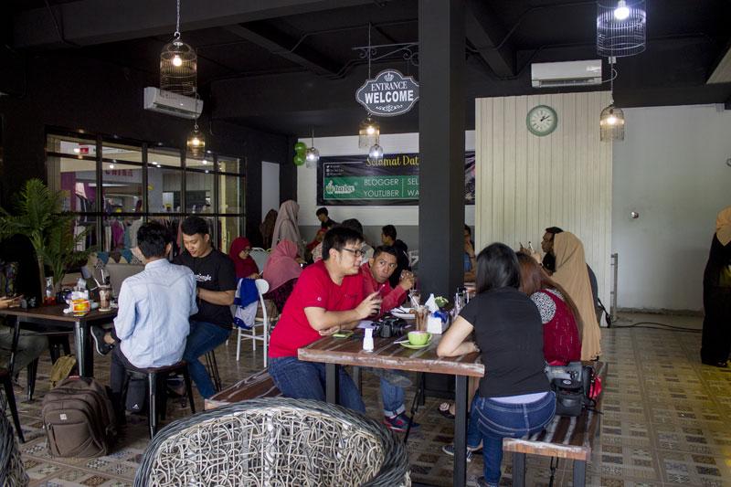 Suasana hangat di Tea Box Cafe