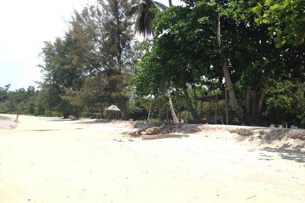 Pantai yang luas dan teduh